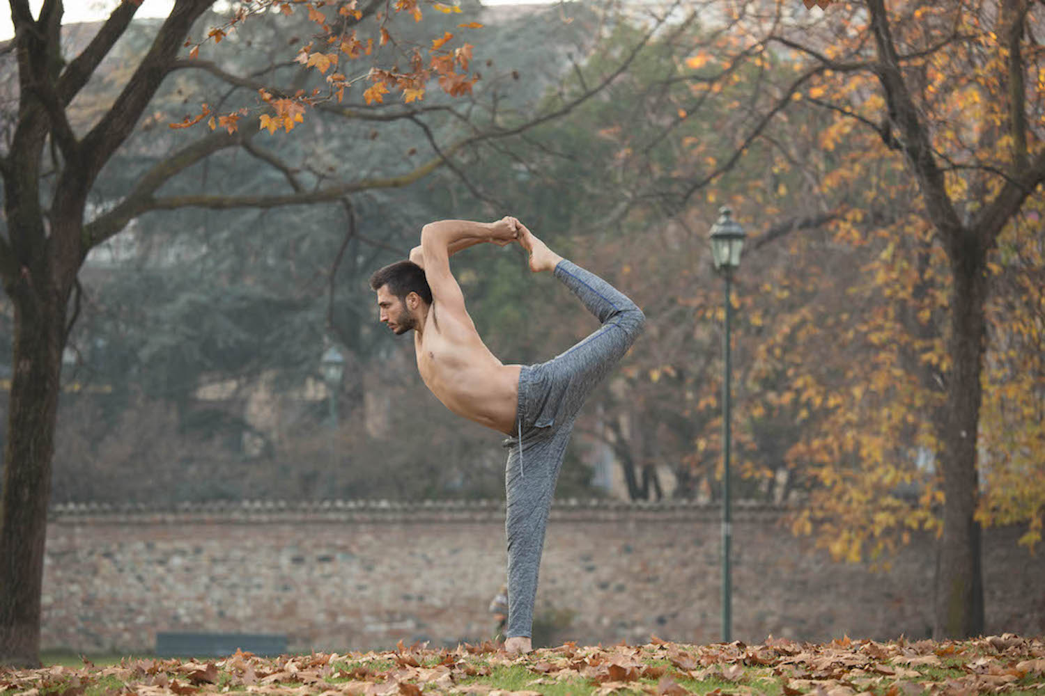 Man wearing OHMME best yoga clothes for men